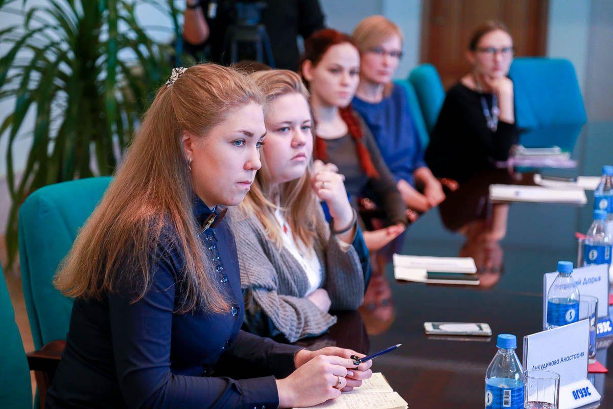 Самые активные студенты ВГУЭС обсудили студенческие проекты с президентом ВГУЭС Геннадием Лазаревым