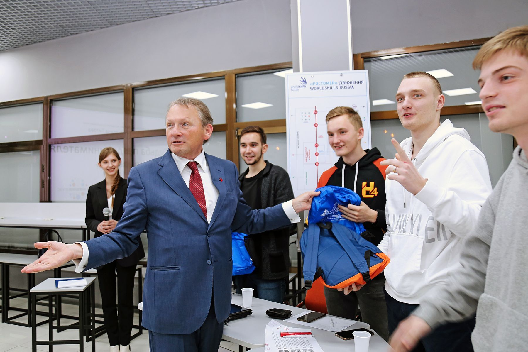 Уполномоченный при президенте РФ по правам предпринимателей Борис Титов наградил студентов кафедры, победивших в экономической игре