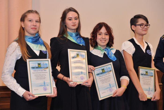 Ученики ШИОД ВГУЭС получили свидетельства стипендиатов губернатора Приморского края