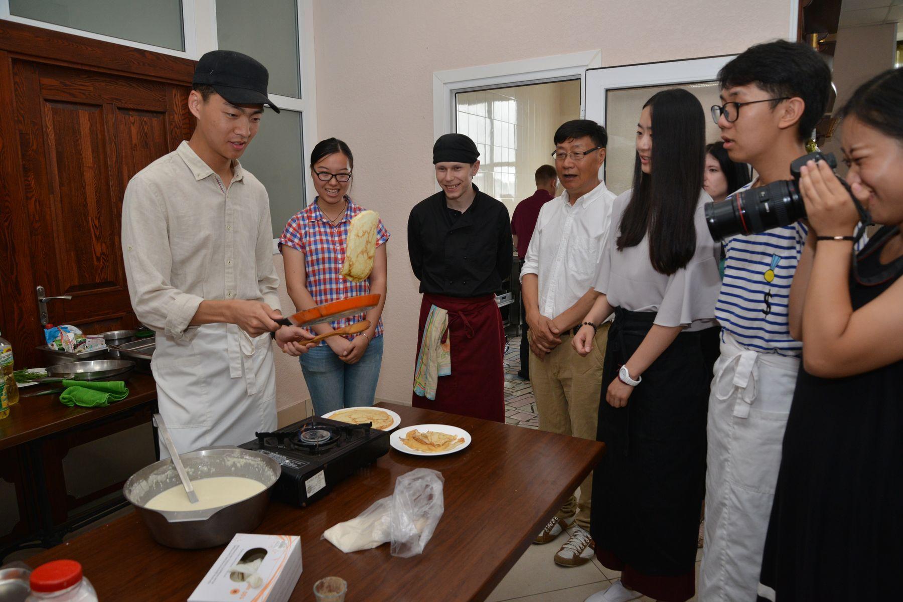 ВГУЭС знакомит студентов из Китая с особенностями русской кухни