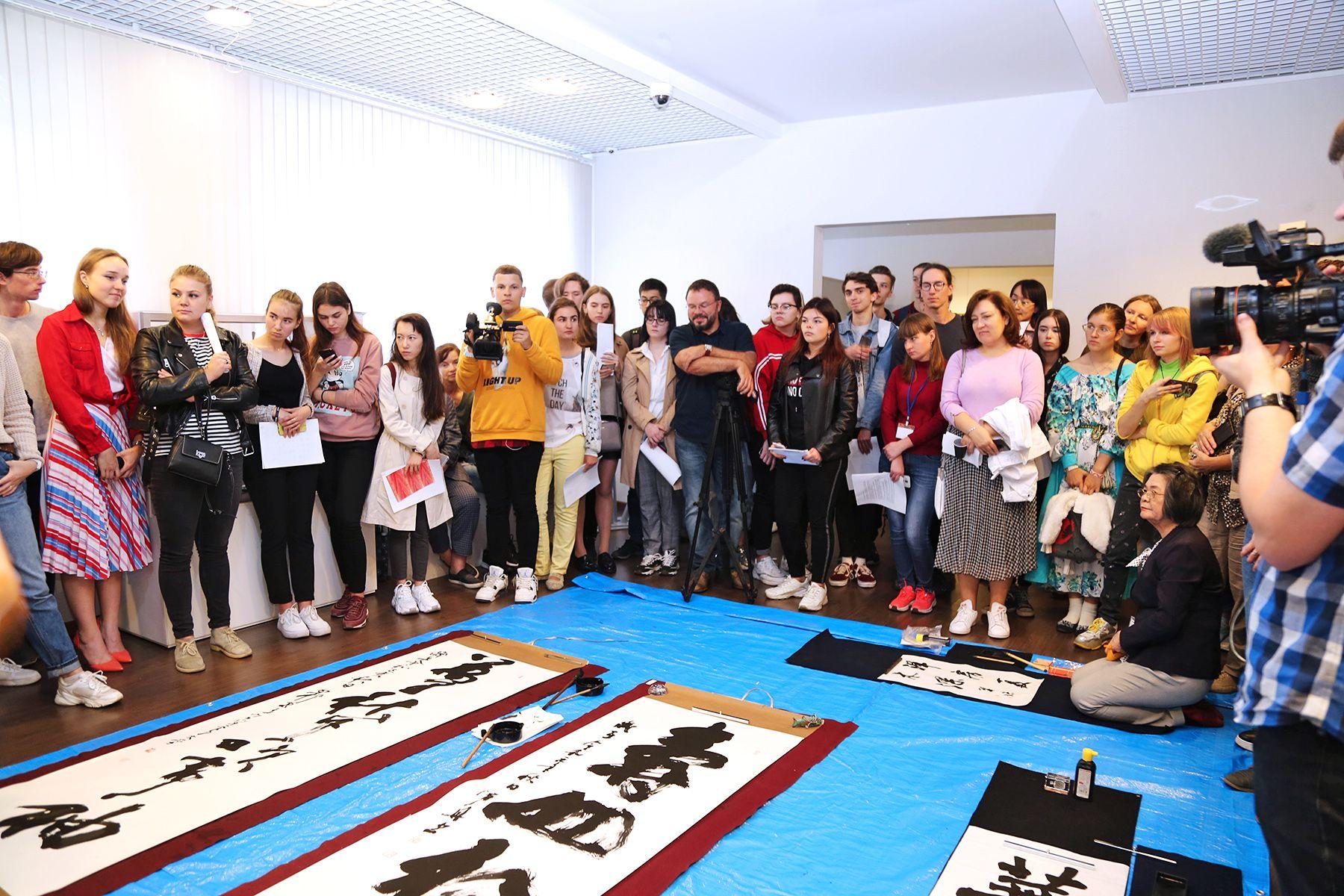 Искусство Востока: во ВГУЭС состоялся мастер-класс по каллиграфии