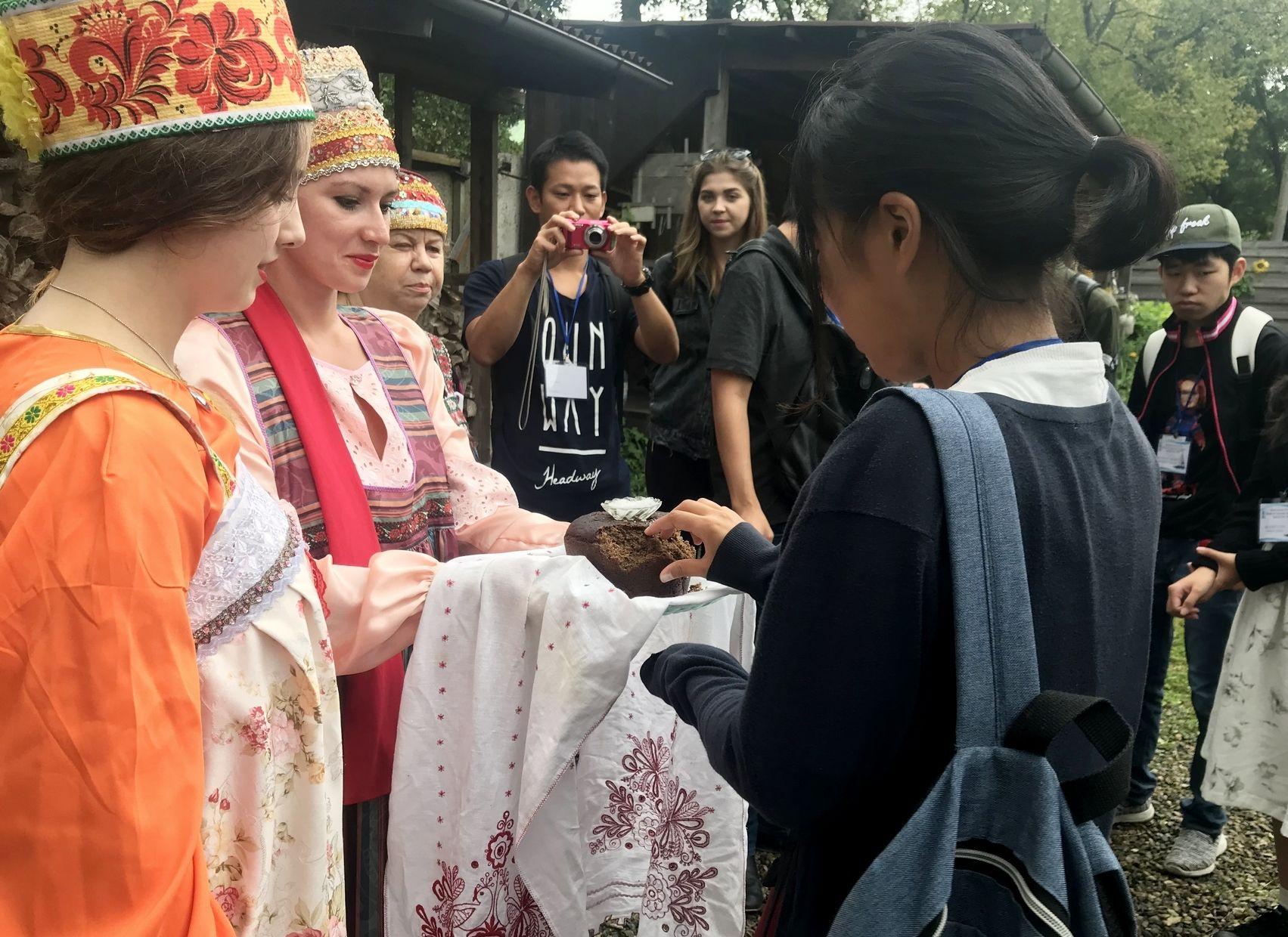 Интенсивным «русским», борщом и кокошниками встретил ВГУЭС японских студентов
