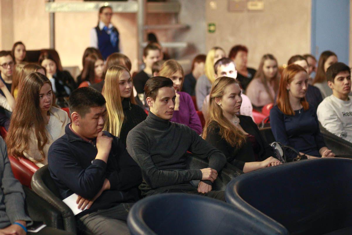 Студенты ВГУЭС встретились с профессорами университета за чашкой кофе