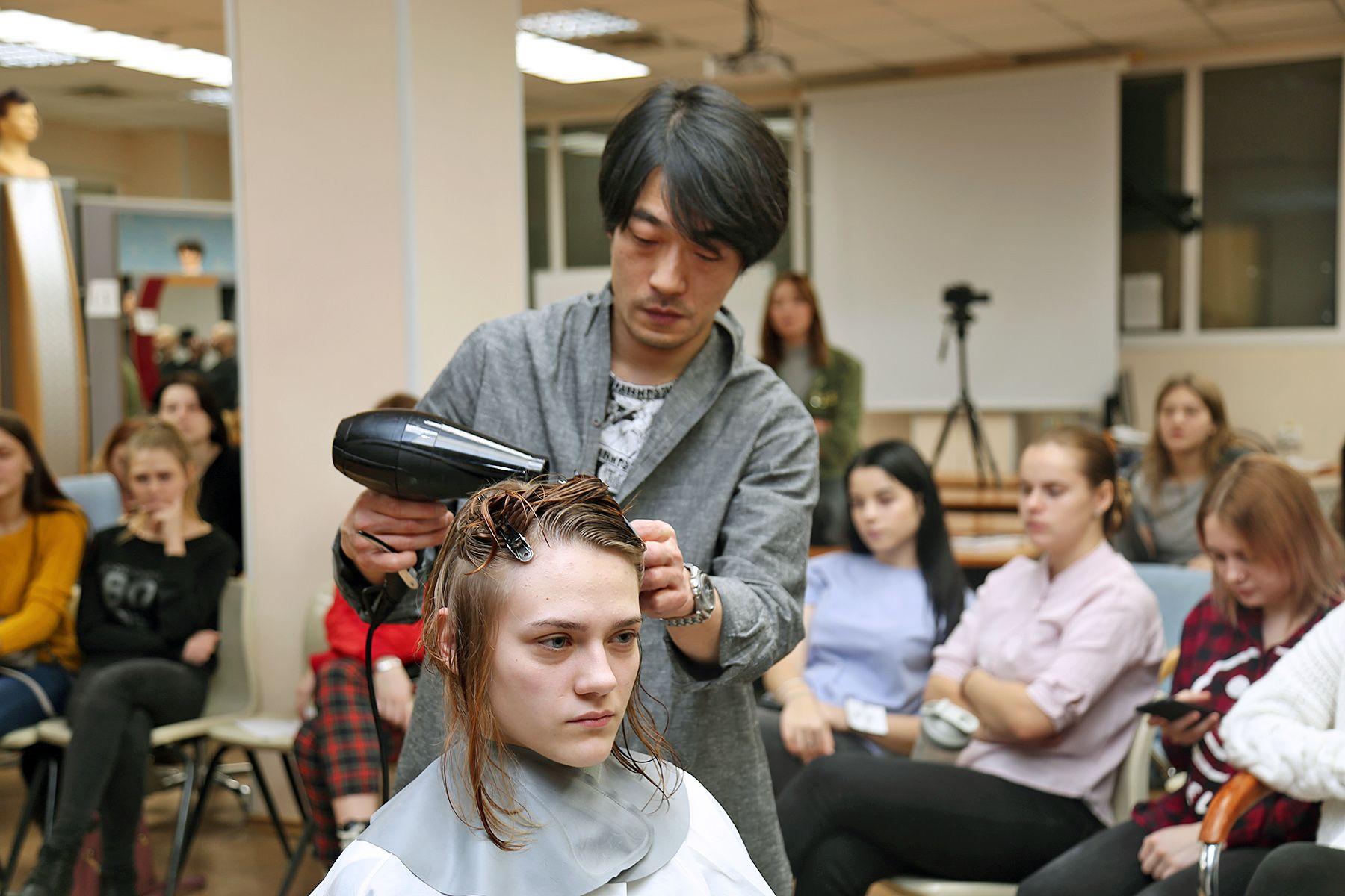 Международный проект: парикмахер из Японии Ешихиро Мицумори учит студентов ВГУЭС