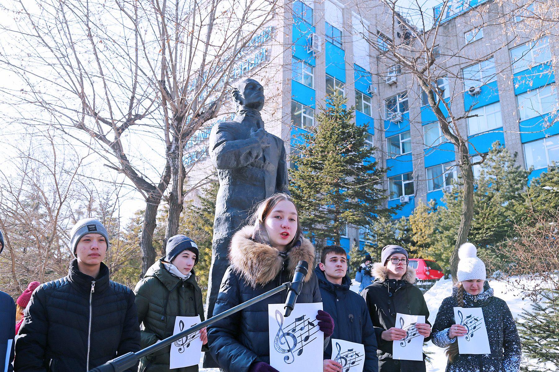 «Мне на плечи кидается век-волкодав»: во ВГУЭС почтили память поэта Осипа Мандельштама