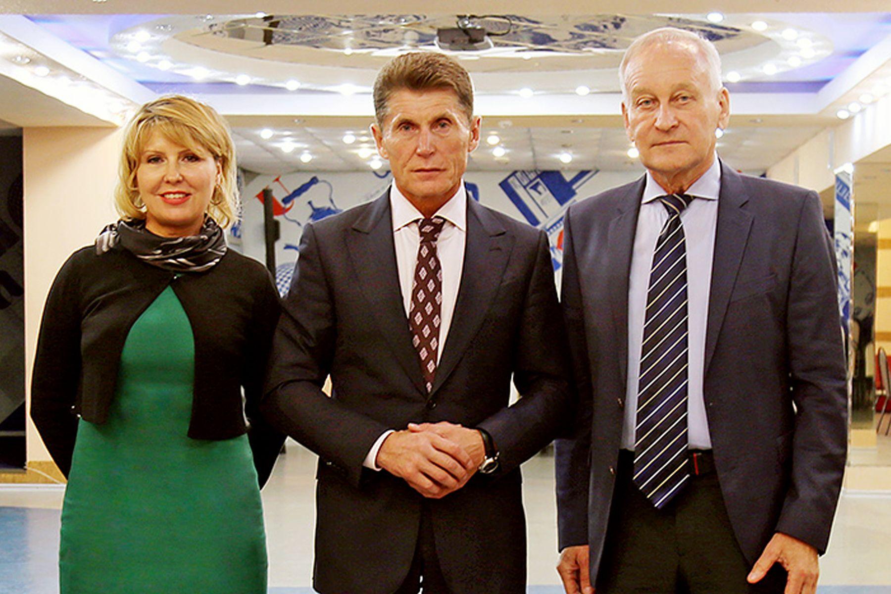 Губернатор Олег Кожемяко поздравил ректора ВГУЭС Татьяну Терентьеву с Днем российской науки
