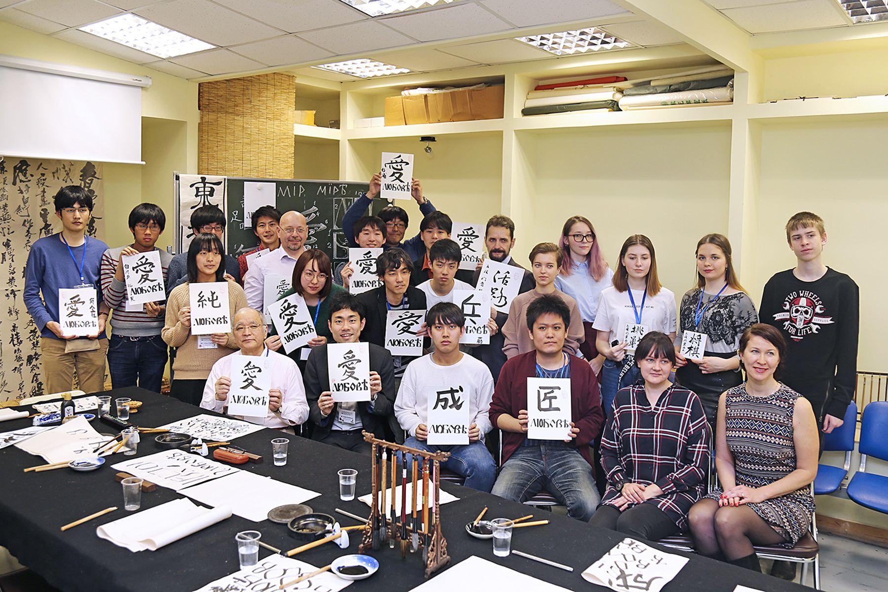 Искусство Запада и Востока: во ВГУЭС прошли мастер-классы по славянской письменности и японской печати