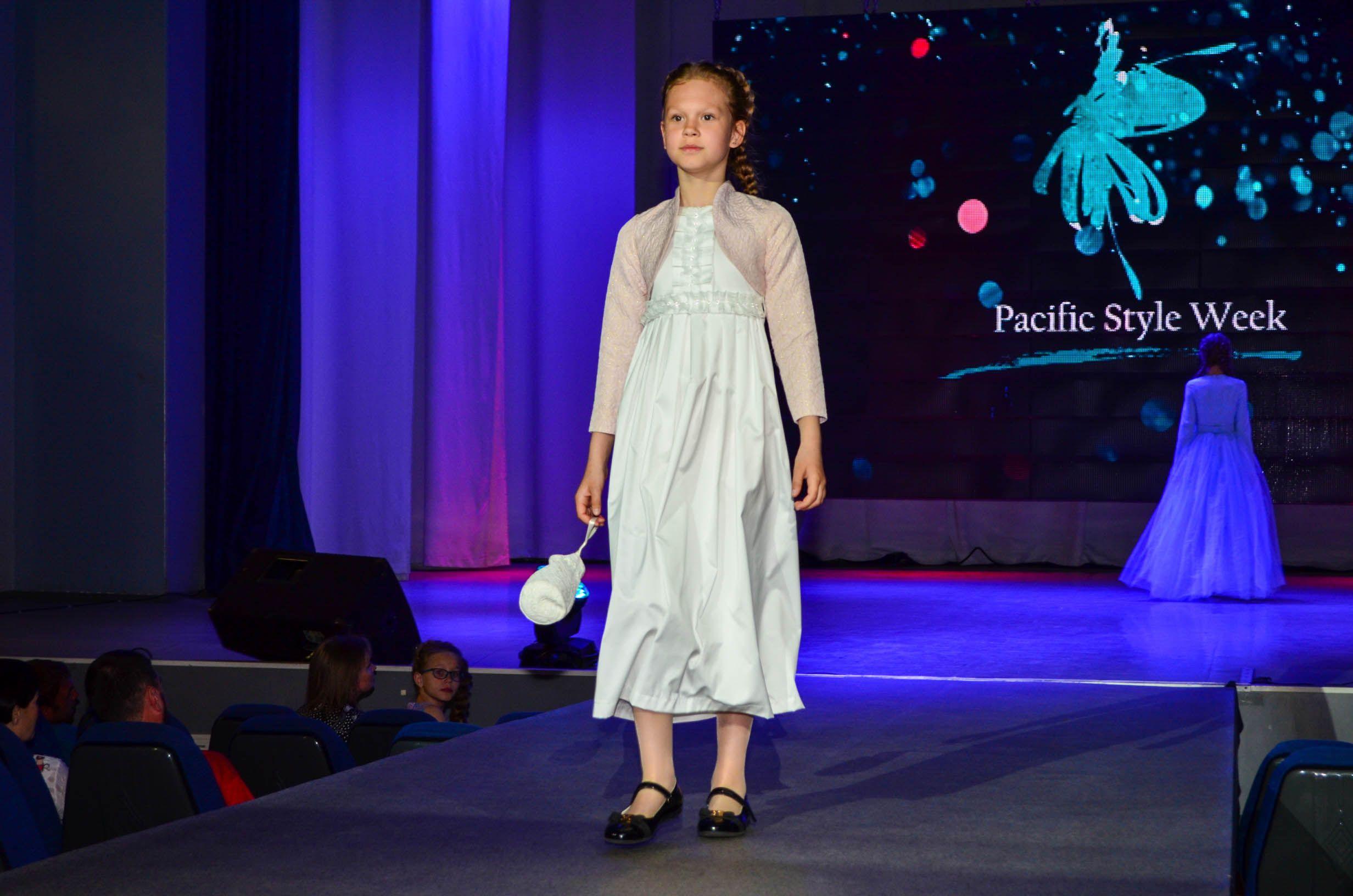 Уникальная работа студентов-дизайнеров ВГУЭС: коллекция детской одежды «Рождественская»