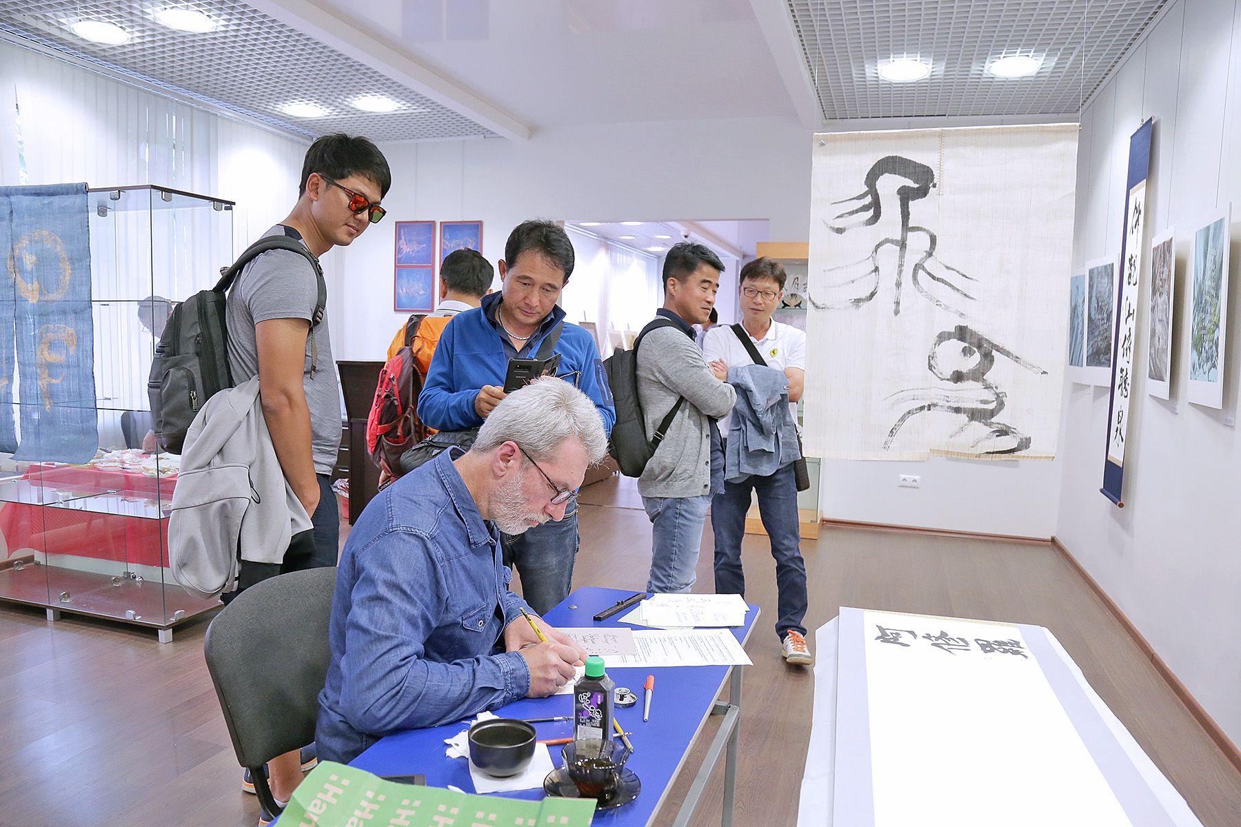 «Лист березы и лепестки сакуры»: в музее ВГУЭС новая выставка