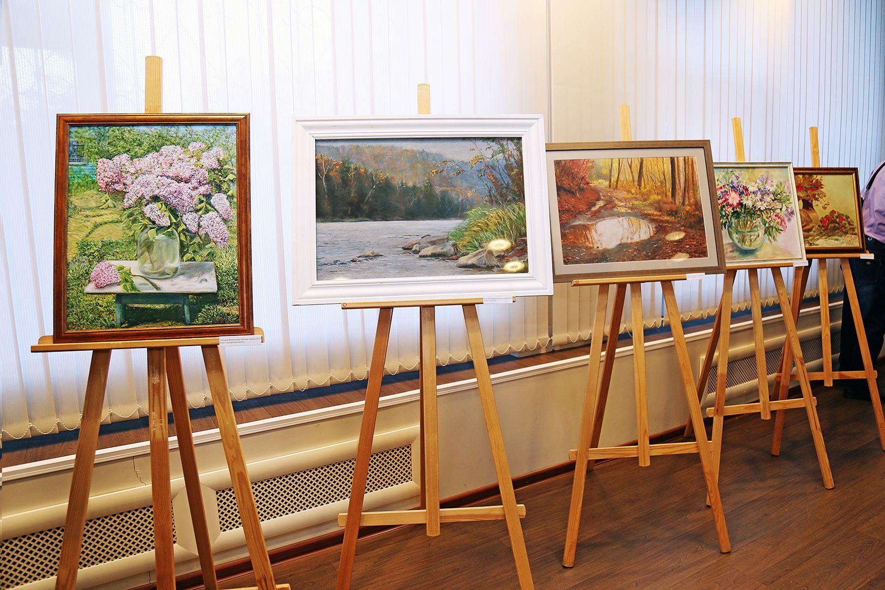 Линия горизонта: в Музее ВГУЭС открылась выставка «народных» художников