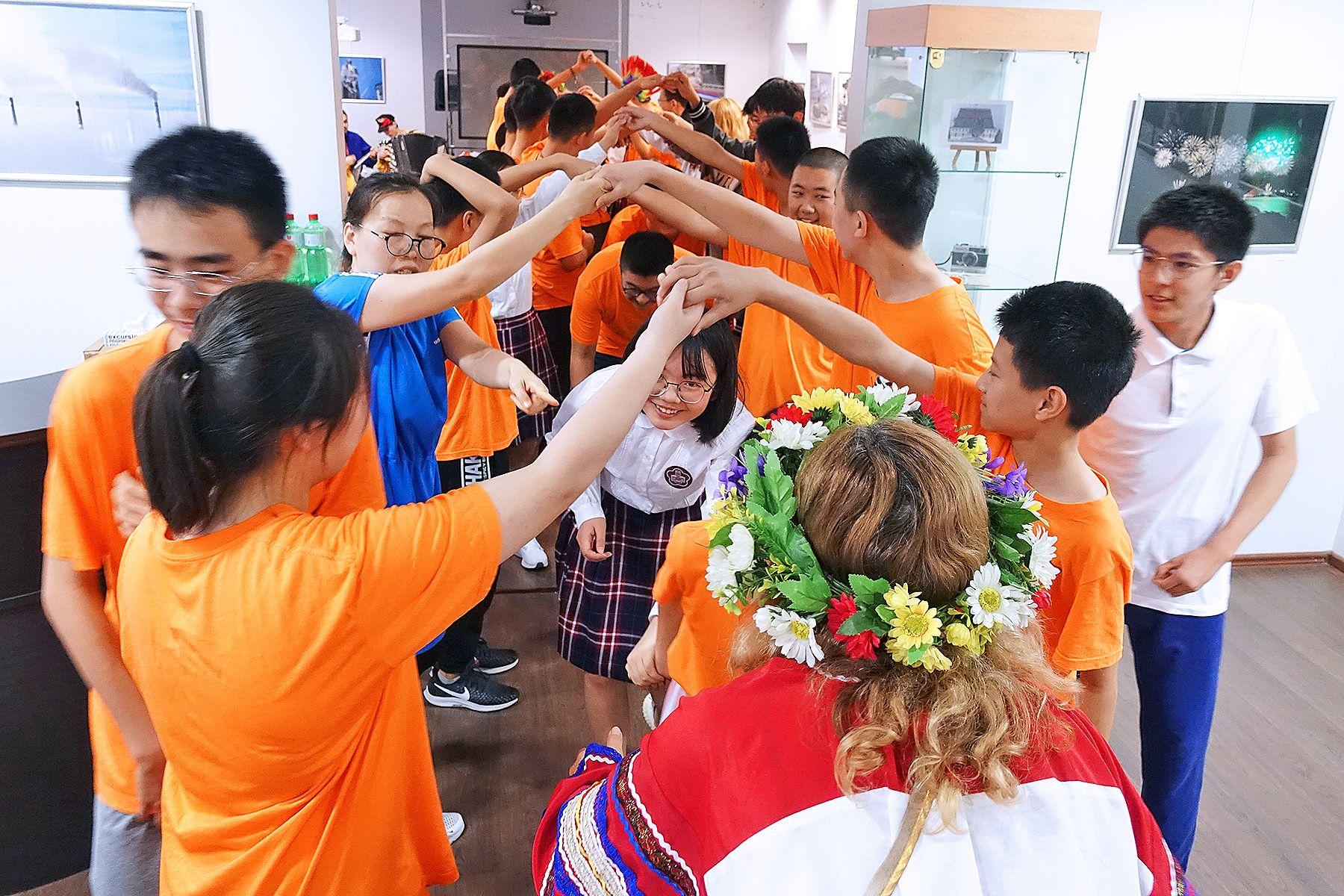 Школьники из Пекина познакомились с русскими традициями в Музее ВГУЭС