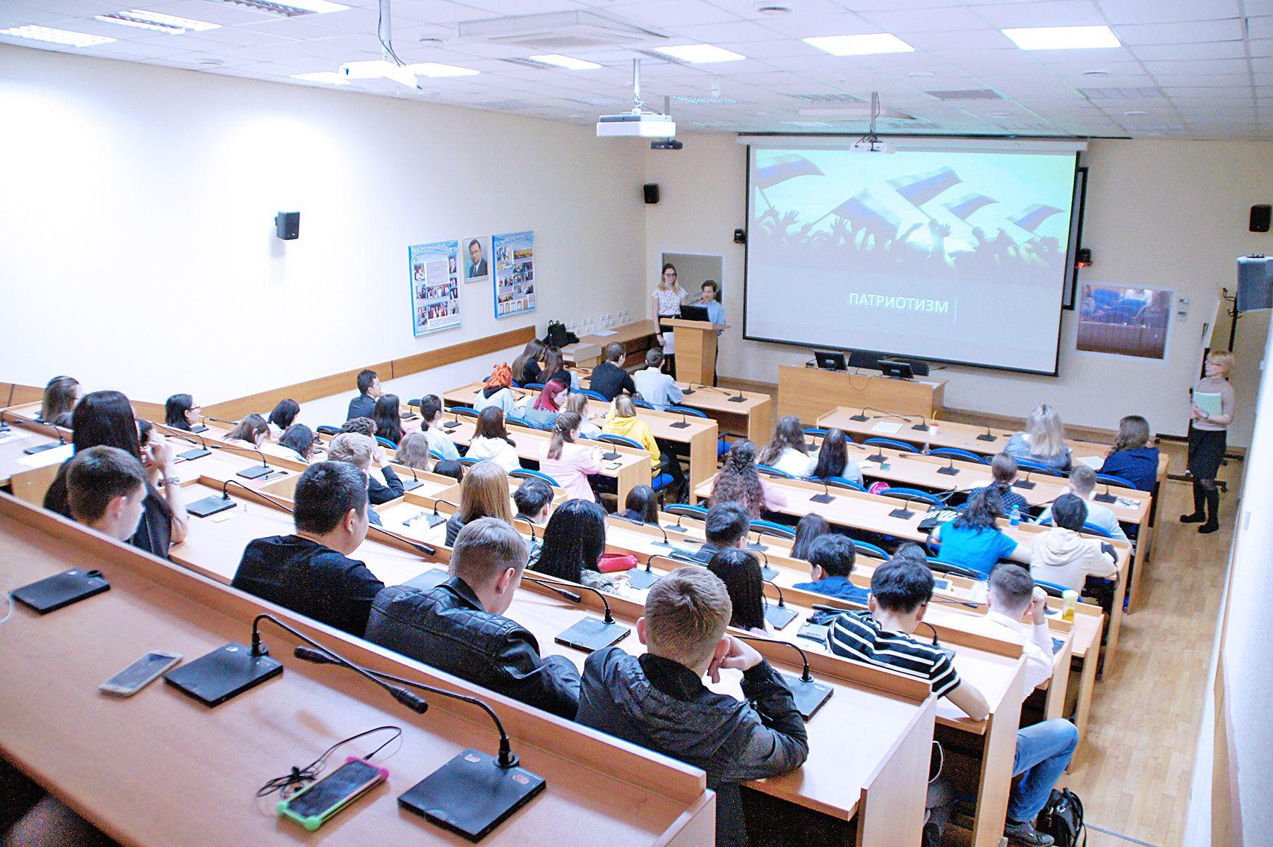 Студенты поменялись местами с преподавателями. Во ВГУЭС прошла открытая лекция о патриотическом воспитании