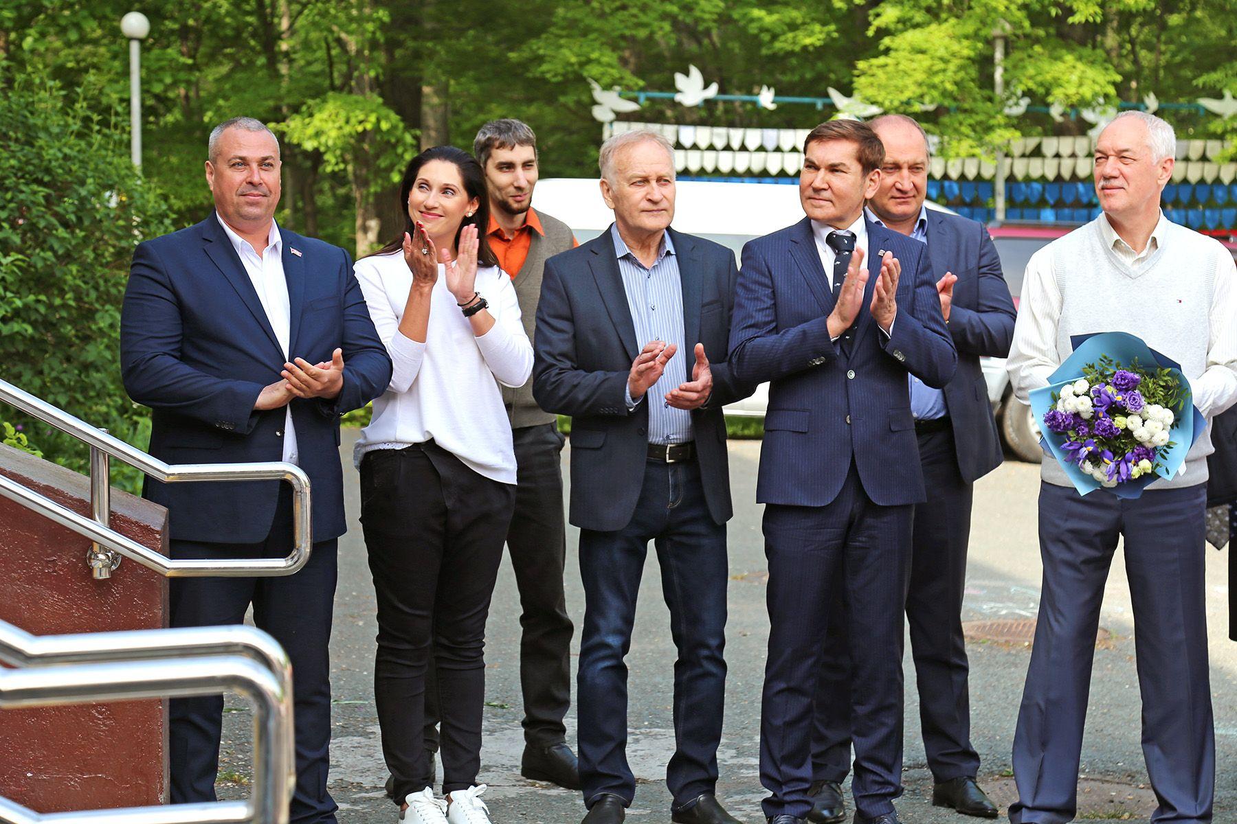 Студенты ВГУЭС и депутаты Думы Владивостока осваивают «кедровый гектар»