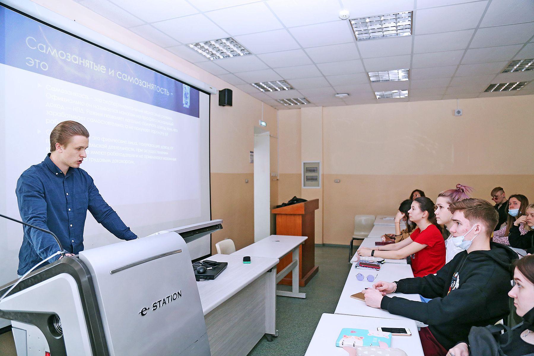 7 апреля 2021 студенты 3 курса института права провели лекции для учащихся колледжа, на тему «Правовой статус самозанятых»