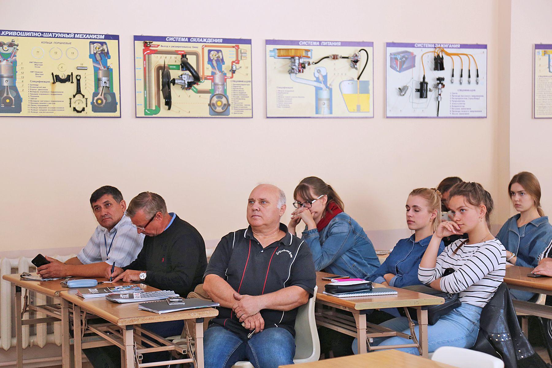 Менеджер технического департамента компании LLC «NGK Spark Plugs (Eurasia)» Илья Мигушин провел технический семинар у студентов Института транспорта и логистики ВГУЭС