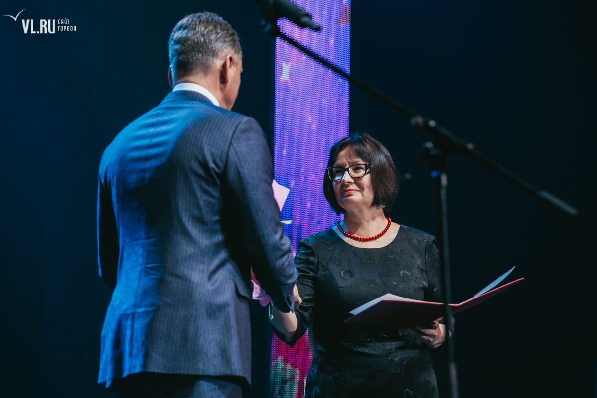 Заместитель директора центра «Абитуриент» Людмила Кравчук получила почётную грамоту г. Владивостока