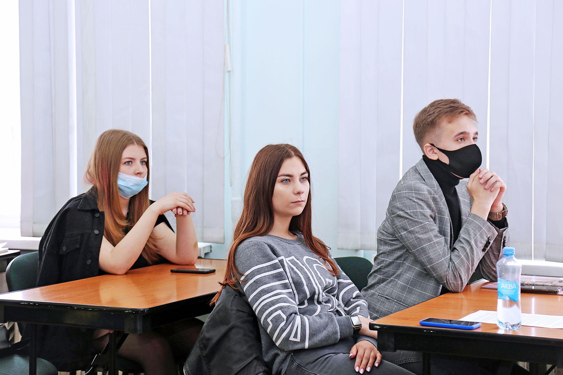 О тонкостях работы нотариуса студенты Института права ВГУЭС услышали от вице-президента Приморской краевой нотариальной палаты Веры Будаевой