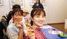 Осенняя школа для иностранных студентов «Sailing East – 2019» во ВГУЭС завершилась изготовлением русской традиционной игрушки