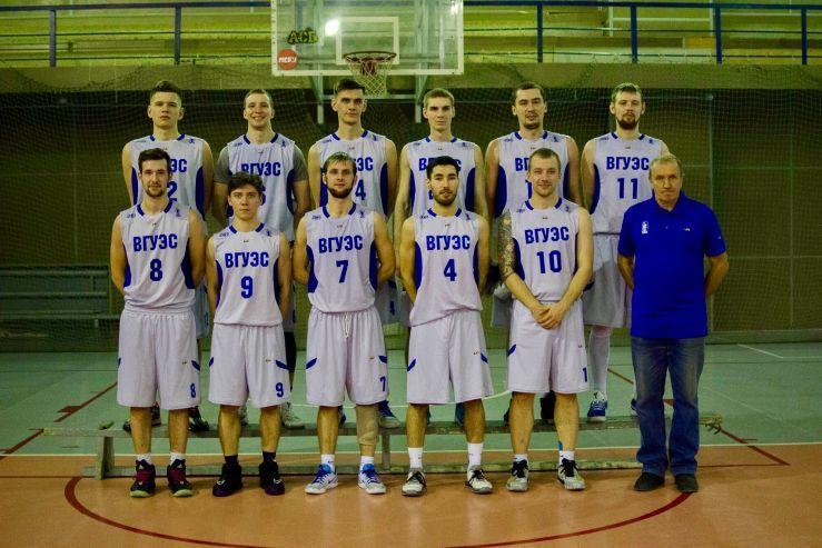 Ректор Татьяна Терентьева поздравляет баскетбольную команду ВГУЭС с яркой победой