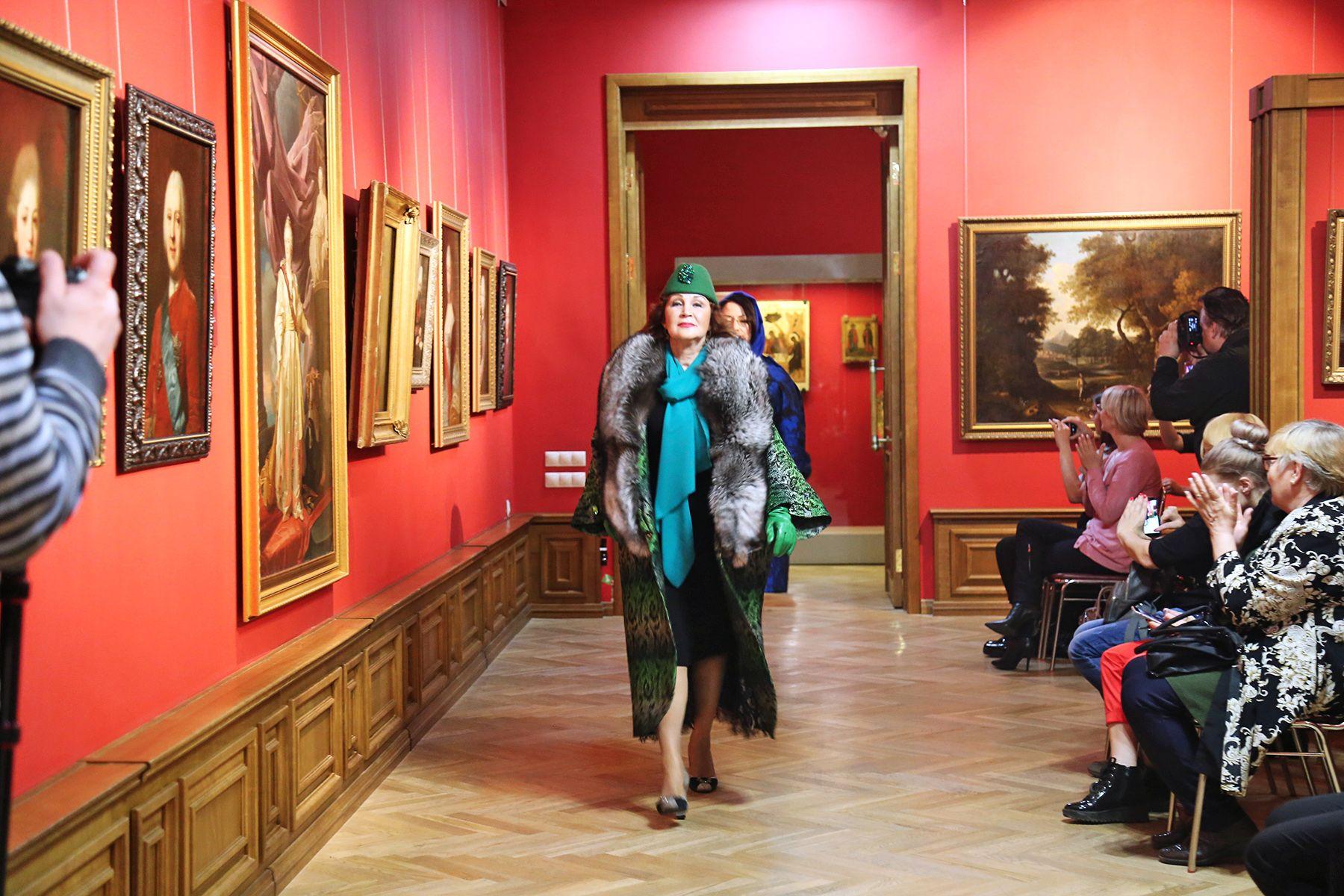«Серебряная рапсодия»: ВГУЭС провел модный показ в картинной галерее
