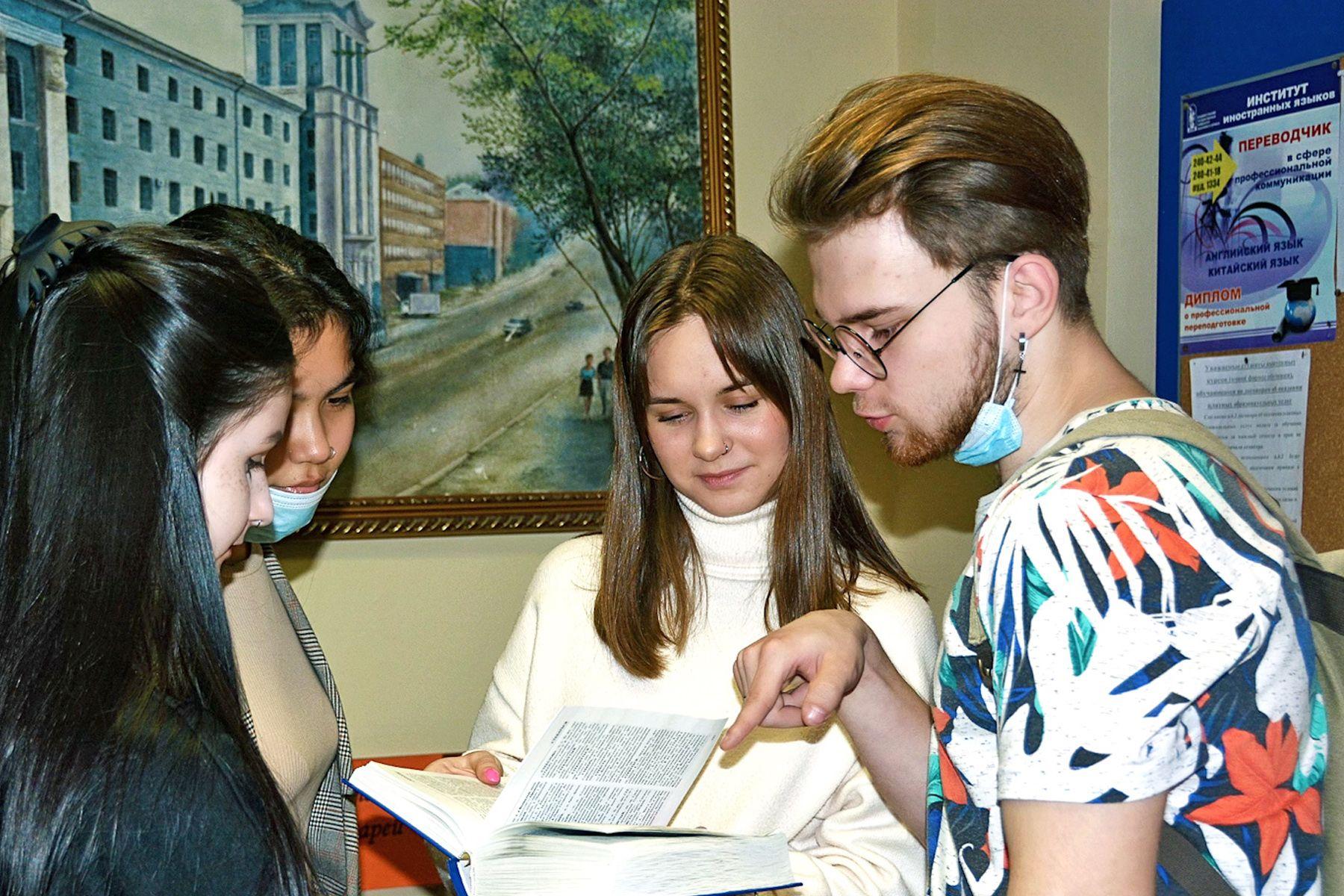 Великий и могучий: в Международный день родного языка студенты ВГУЭС написали сложный диктант в одно предложение