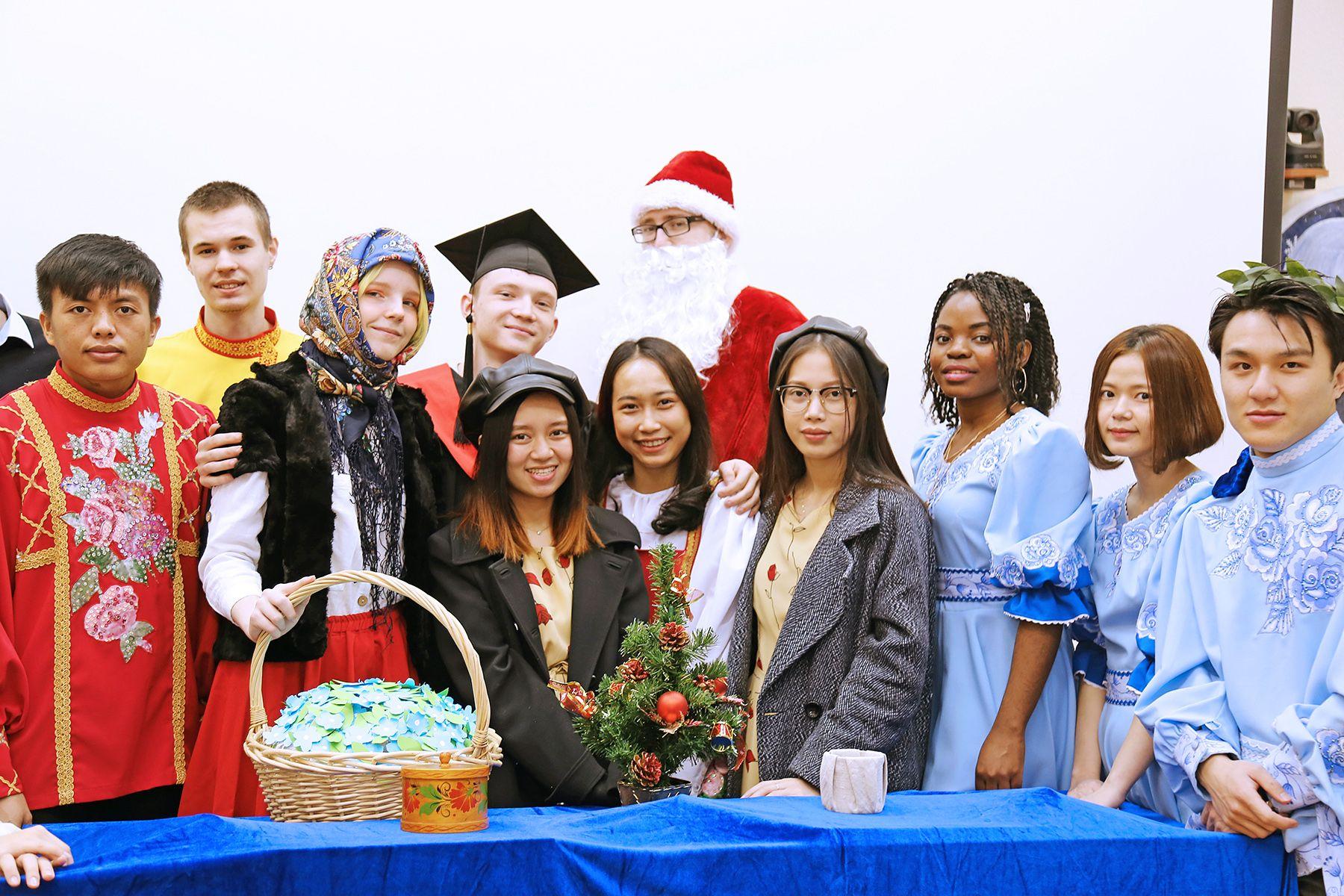 «12 месяцев»: студенты Института иностранных языков ВГУЭС поставили спектакль по мотивам новогодней сказки