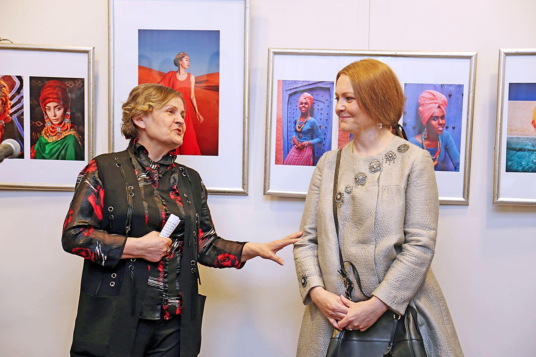 «Сближая континенты»: 8 любящих женщин представили фотовыставку во ВГУЭС